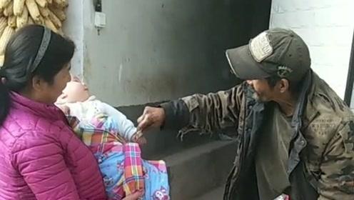 捡废品的老爷爷非要给孩子钱,当孩子攥住的时候,我看到他嘴角上扬了!