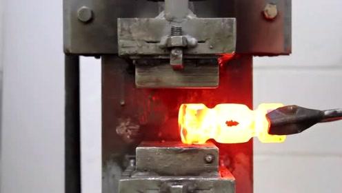 铁匠在工作室打造一把锤子,就喜欢这种视频,看起来特舒服