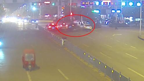无证驾驶、吸毒!轿车路口疯狂连撞2小车 司机弃车逃逸