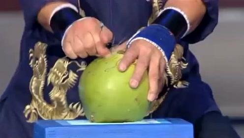 吉尼斯世界纪录:在最短的时间内用手指插穿椰子,这比一阳指还厉害!