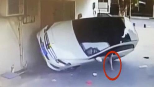 """女司机开车""""飞檐走壁"""", 不料小车侧翻,女司机接下来做法亮了!"""
