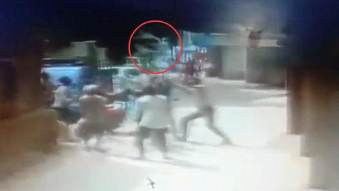 监拍:印度2岁男童从窗户向外看时不慎掉落 路人凌空接住坠落儿童