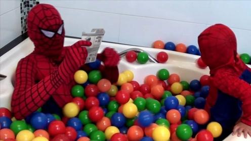浴缸里全是小球球,蜘蛛侠父子俩玩的好开心