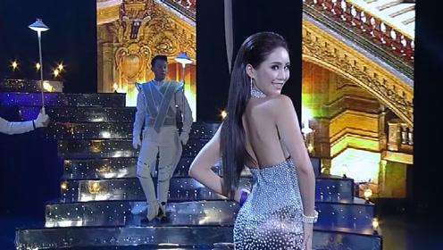模特一身华丽的礼服出场,尽显甜美大气,让人挪不开眼!