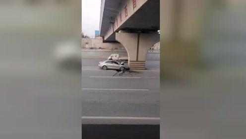到底车质量不行?还是桥墩太结实?