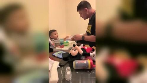 爸爸喂儿子吃饭,宝宝的眼神由微笑到惊恐,转换太快了!