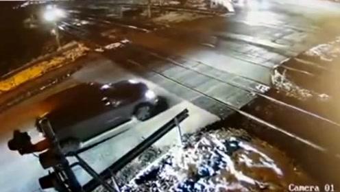 惊险!奔驰司机硬闯平交道 差1秒与死神擦肩而过
