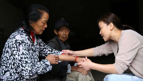 山村女子当村主任真情感动村民,大妈被胡蜂蜇她送医院垫钱抢救