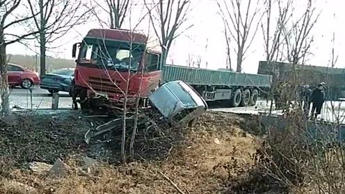 这就是拐弯不注意观察的后果,大货车刹不住车,直接把面包车撞成报废车!