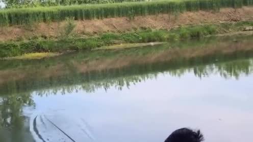 这鱼得多大啊,把鱼竿都给弄断了,小伙无奈的笑了!