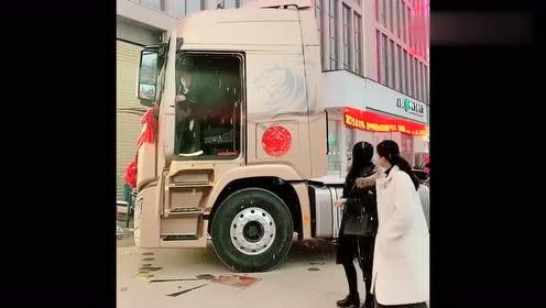 路上偶遇网红女司机,当她打招呼的那一刻,真是太可爱了!