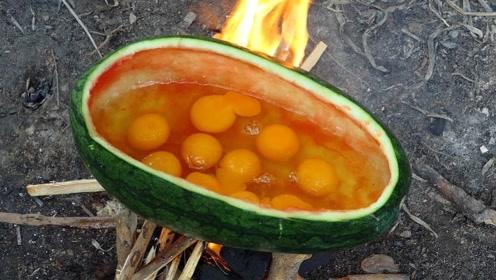 小男孩真厉害,独自在野外用西瓜皮煮鸡蛋,成品看着好美味!