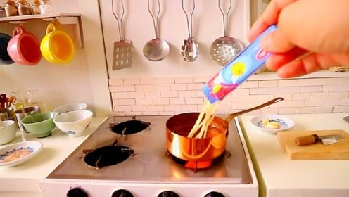 迷你烹饪:巴掌大的小锅做一份意大利面,成品看起来很美味!