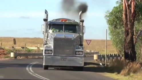 澳大利亚的重型卡车,每辆车都拉两个货厢