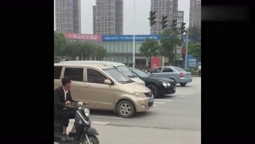 这个视频火了,宾利过路口,却遇五菱神车,结果真是意外啊!
