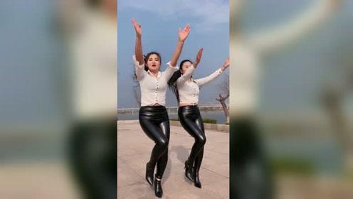 你和你的闺蜜一起跳过舞吗?这个舞蹈好美啊