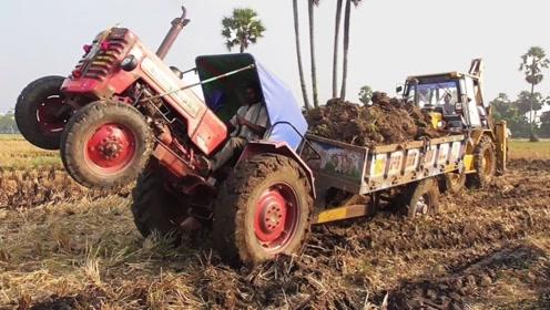 印度果然是开挂的民族,开拖拉机拉土,直接把拖拉机头开到翘起来