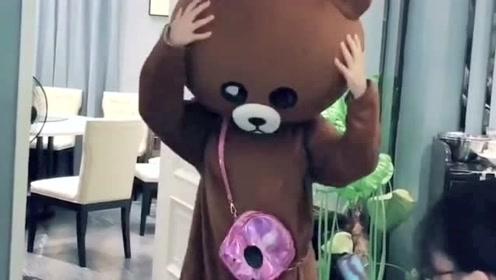 网红熊太皮了,传单不好好发,竟然跑到饭店去撩小姐姐