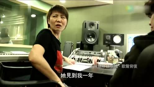 晚上10点 鲁豫探班正在录音棚为电视剧配唱主题曲的张靓颖