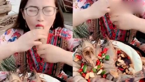 """美女挑战深海""""魔鬼爆辣""""大虾,看她吃东西的样子,感觉都是一种享受!"""