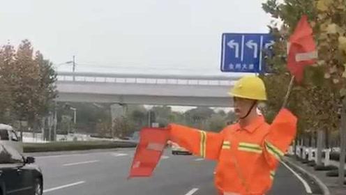 奇怪!这个交通指挥员24小时在岗,市民:太阳出来他就挥动旗子