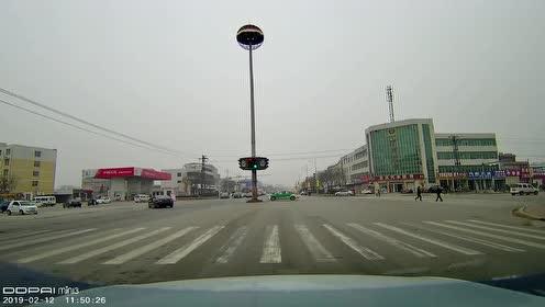 骑着电动车在十字路口变道,还要汽车给你让路,还好我反应够快!