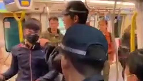 香港暴徒堵住地铁门遭市民群起怒斥 被架走扒下口罩瞬间原形毕露