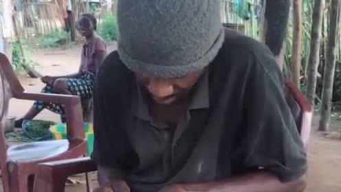 非洲大哥正在修理自己的手机,用的还是诺基亚!
