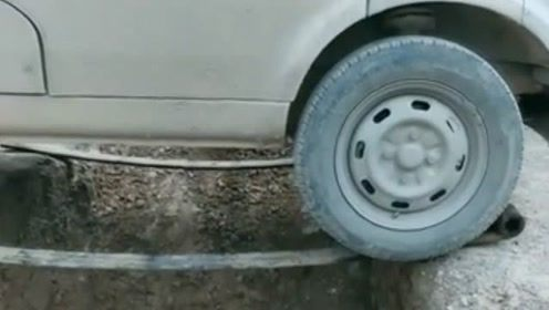 真是啥样的路都敢开啊!这司机的胆子真大,反正我是不敢这样的!