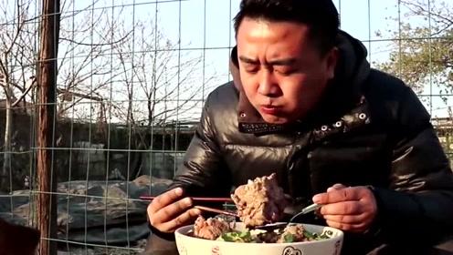 小吃哥做酸菜炖大骨,自己腌的酸菜,这样的生活简直没谁了