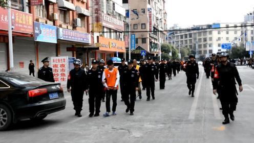 警方武装押解10名诈骗犯指认现场 涉案金额达100多万