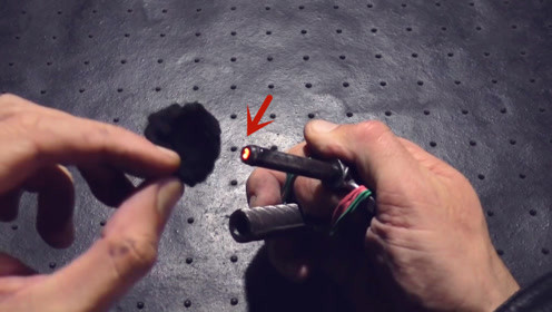 这什么原理,螺纹钢压一下就能点火?长见识了