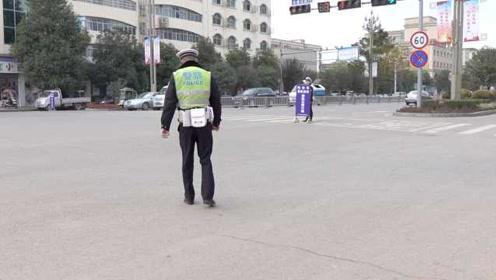 四川一辅警带伤执勤,被网友质疑是残疾人