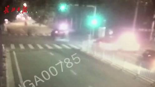 小轿车刹车太及时,横穿马路的自行车差点被撞