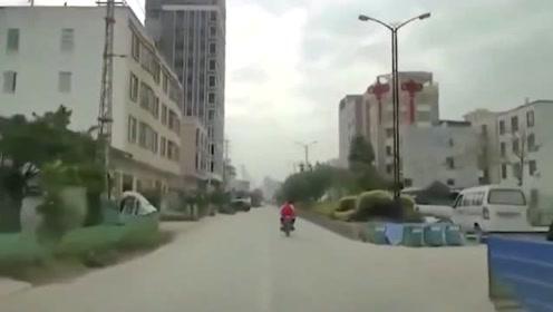 飙车这就是下场,这车祸谁负责!飞进垃圾堆的摩托车