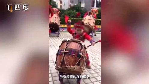 动次打次!5岁萌娃表演舞狮鼓节奏感超棒 浑身都是戏