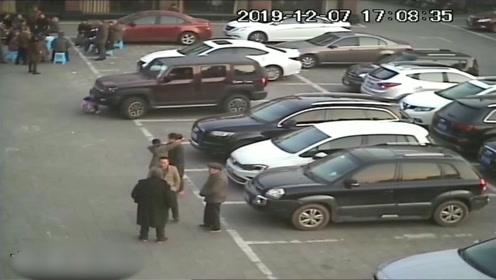 揪心!司机开车前未观察环境 起火发动将小女孩卷入车底