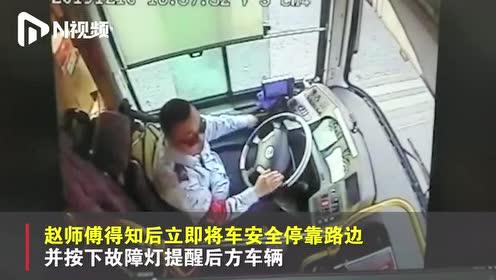 """一乘客突发癫痫,深圳公交司机临危不乱,""""教科书级""""成功施救"""