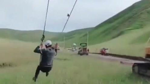 这样荡秋千的玩法第一次见,用挖掘机带着一圈圈的转,难道这样不头晕吗?