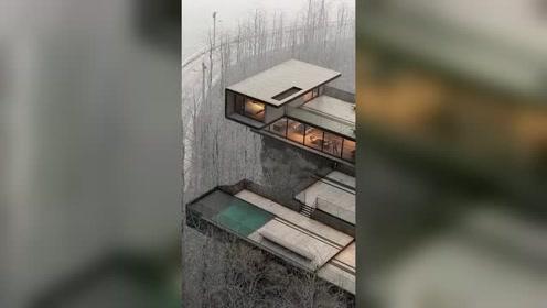 房子建在山林中,卧室还是悬空的,这样的房子,就问你敢住吗?