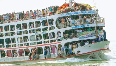"""印度""""开挂式""""客船,严重""""超载""""1200人,船都要沉入海底了"""