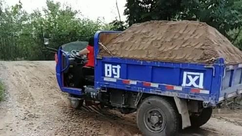 三轮车拉满一车土爬坡,尴尬的事情发生了,幸好司机小姐姐没事!