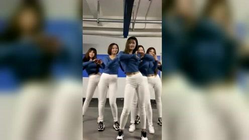五姐妹停车场尬舞,这舞蹈火了
