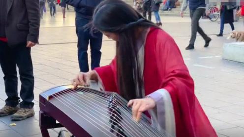 汉服美女法国街头弹奏《左手指月》,外国路人听的痴迷!这声音太美了