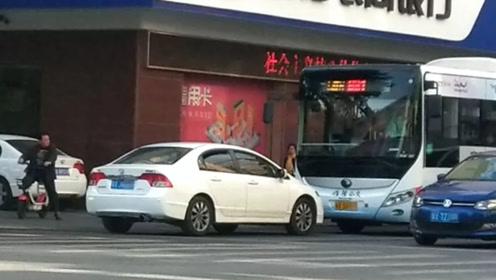男子驾车逆行怒怼公交车 疑手拎电棒当街挥舞
