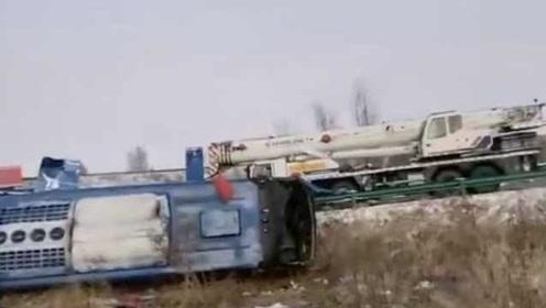 大客车内蒙古境内侧翻,车上53人受伤