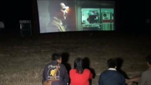 真·鬼看的电影?泰国华裔家族聘专人在墓地放电影:放给祖先看