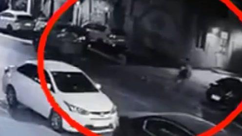 """男子骑车撞倒老人后将其拖至路旁 被抓后称自己是在做""""好事"""""""