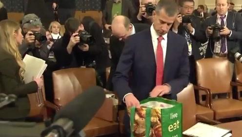 到底谁才是主角?特朗普弹劾案辩论会上 一个购物袋竟大出风头