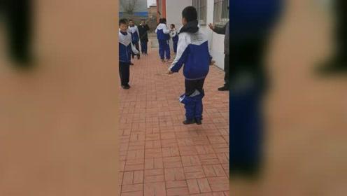 男生和同学参加跳绳比赛,尴尬的事发生,却仍坚持完成获点赞